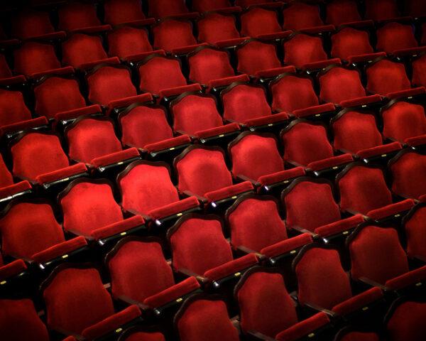 A kényelmetlenség művészkedése, avagy hobbitszékek a színházakban