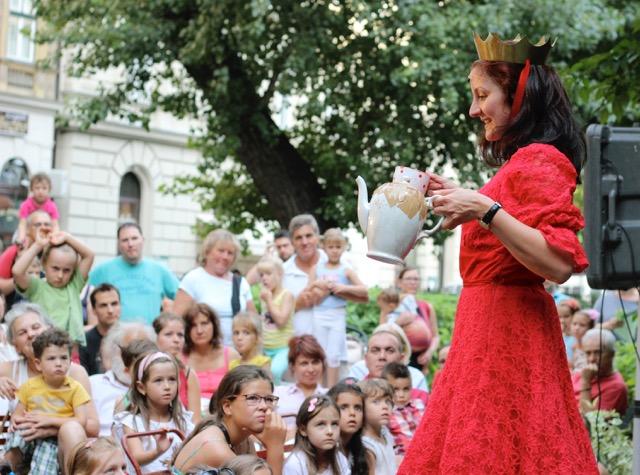 Mákszem Lenke az A királykisasszony, akinek nem volt birodalma című előadásban