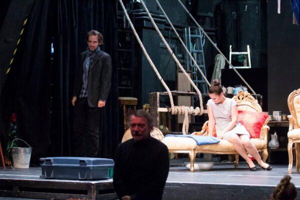 """""""Úgy viseljük ma a kiszolgáltatottságunkat, mint a fehérneműnket"""" – villáminterjú a Radnóti Színház Osztrovszkij-bemutatóján"""